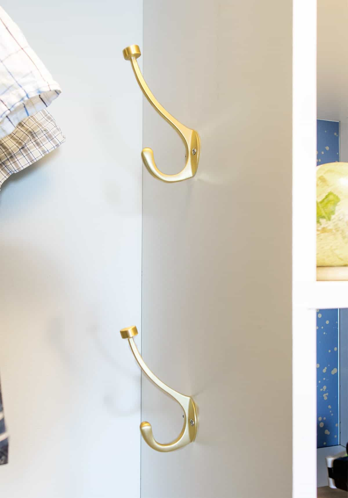 Hanging hooks in closet
